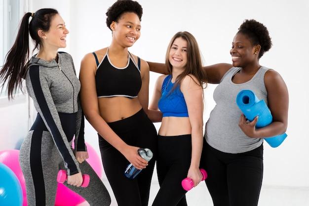 Las mujeres sonrientes acaban de hacer ejercicio Foto gratis