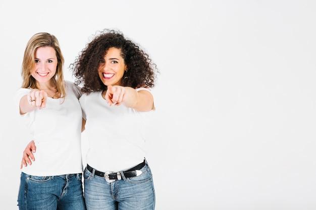 Mujeres Sonrientes Apuntando A La Cámara Descargar Fotos