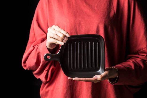 Las mujeres sostienen los platos en sus manos. Foto Premium