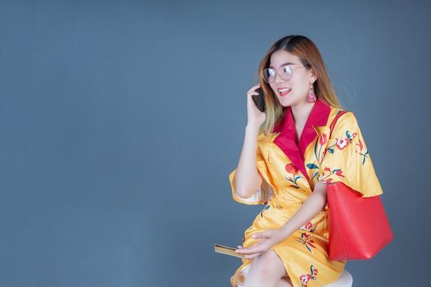 Mujeres con tarjetas inteligentes y teléfonos móviles. Foto gratis