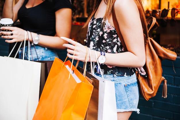 Mujeres, tenencia, bolsas de papel Foto gratis