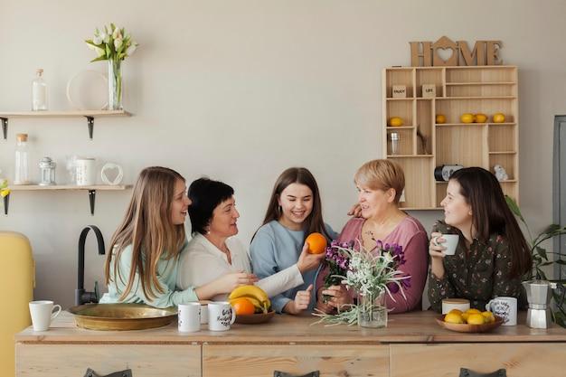 Mujeres de todas las edades comiendo fruta. Foto gratis