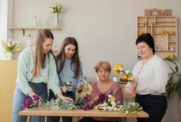 Mujeres de todas las edades y flores de primavera. Foto gratis