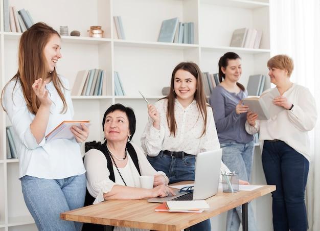 Mujeres de todas las edades hablando entre ellas. Foto gratis