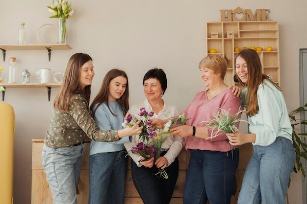 Mujeres de todas las edades mirando flores Foto gratis