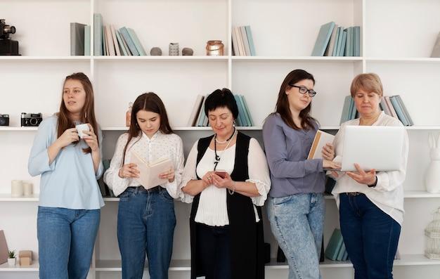 Mujeres de todas las edades que realizan actividades en el interior. Foto gratis