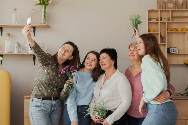 Mujeres de todas las edades que se toman una foto Foto gratis