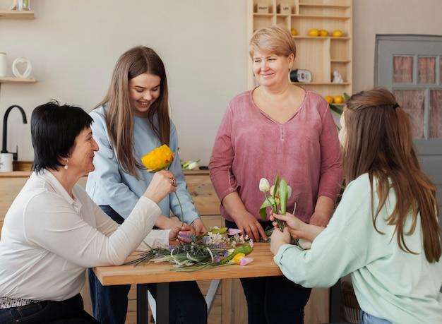 Mujeres de todas las edades sentadas alrededor de la mesa. Foto gratis