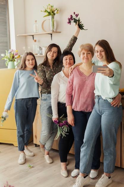 Mujeres de todas las edades sosteniendo flores Foto gratis