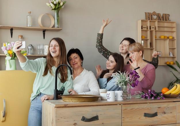 Mujeres de todas las edades tomando una selfie Foto gratis