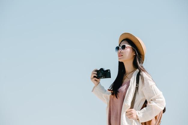 Mujeres turistas que están tomando fotos del ambiente. Foto gratis
