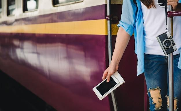 Las mujeres viajan, fotografiadas en tren. Foto Premium
