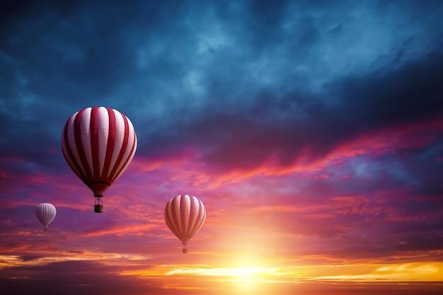 Multicolores, grandes globos en el cielo con el telón de fondo de una hermosa puesta de sol Foto Premium