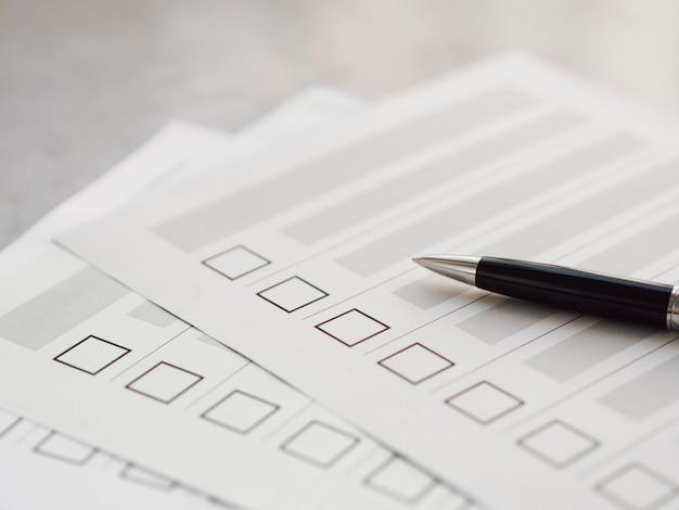 Múltiples cuestionarios electorales incompletos Foto gratis