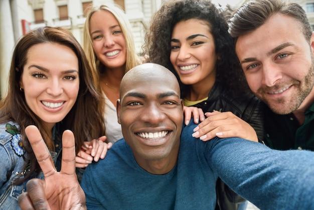 Multiracial, grupo, joven, gente, toma, selfie Foto gratis