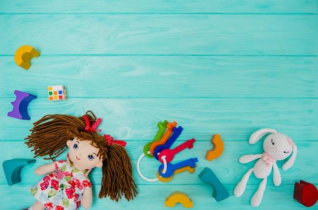 29c019c9c Muñeca de niño con bloques de construcción de madera sobre fondo azul |  Descargar Fotos premium