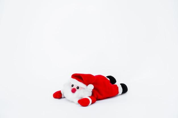 Muñeca de papá noel en aislado sobre fondo blanco, decoración navideña Foto Premium