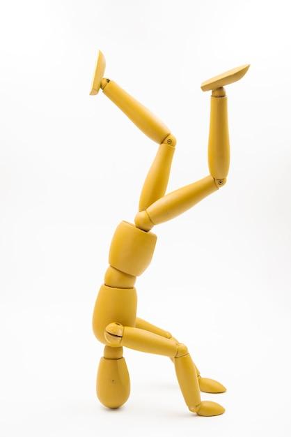Muñeco clásico con distintas posturas Foto gratis
