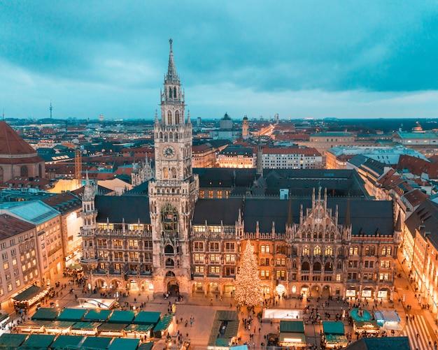 Munich rathaus con arbol de navidad y decoraciones. Foto Premium