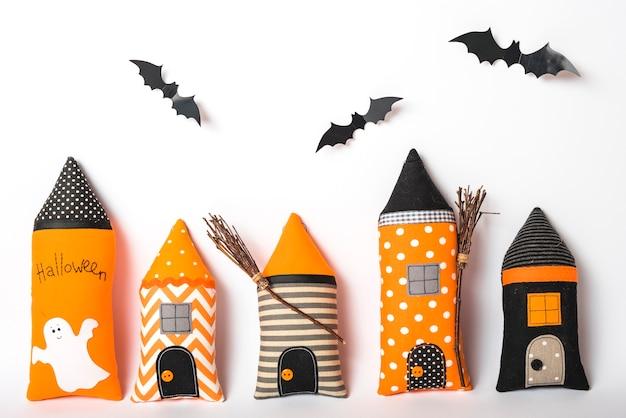 Murciélagos de papel sobre torres de castillo hechas a mano Foto gratis
