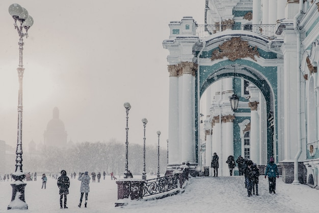Museo estatal del hermitage durante el clima invernal, palacio de invierno en san petersburgo Foto Premium