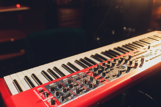 Músico tocando las teclas del piano sintetizador de teclado. músico toca un instrumento musical en el escenario del concierto. Foto Premium