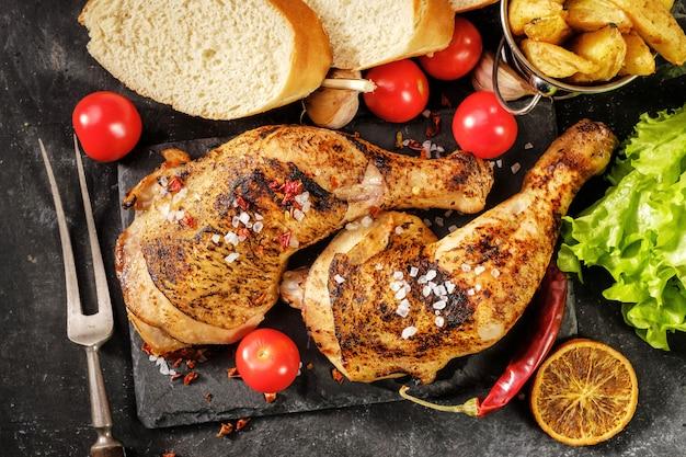 Muslo de pollo asado con naranjas Foto Premium