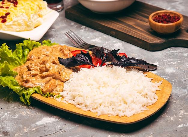 Muslos de pollo asados arroz blanco y verduras Foto gratis