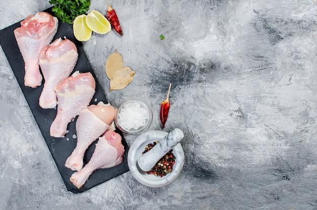 Muslos de pollo crudo con especias Foto Premium