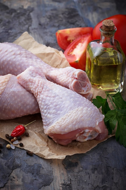 Muslos de pollo crudos con perejil. enfoque selectivo Foto Premium