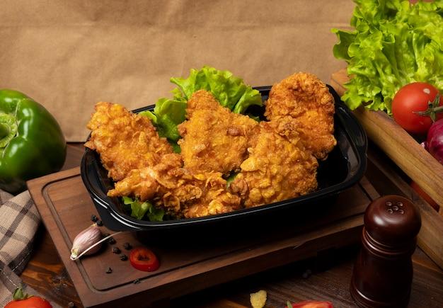 Muslos de pollo crujientes a la parrilla estilo kfc con galletas Foto gratis