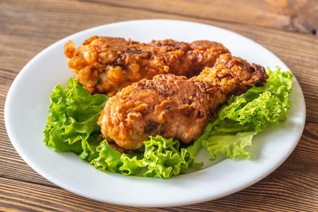 Muslos de pollo frito con suero de leche Foto Premium
