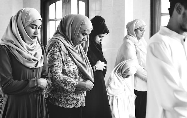 Musulmán rezando en postura qiyaam Foto gratis