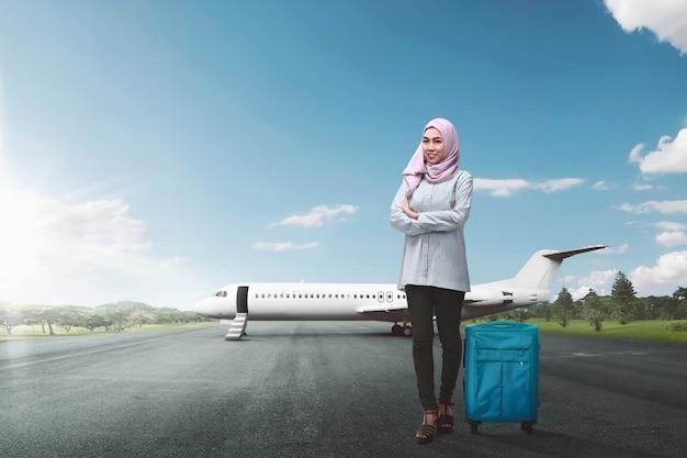 Musulmanes femeninos asiáticos jovenes con viajar que va de la maleta Foto Premium