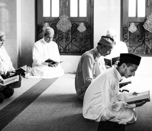 Musulmanes leyendo desde el corán Foto gratis