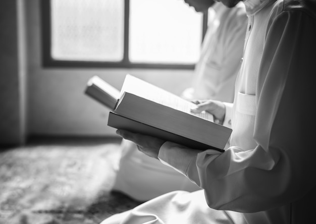 Musulmanes leyendo del corán Foto gratis