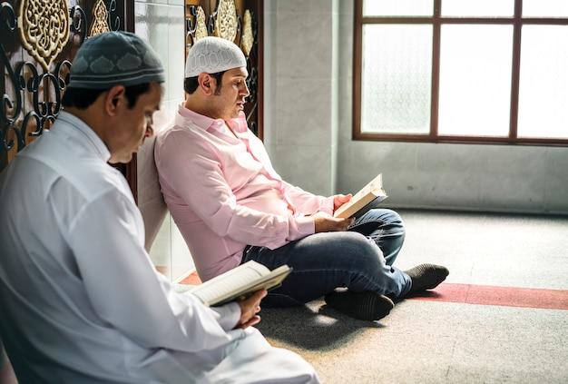 Musulmanes leyendo del corán Foto Premium