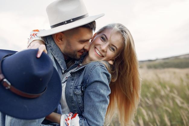 Muy bonita pareja en un campo de trigo Foto gratis