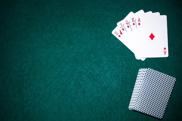 Naipes de escalera real en la mesa de póquer Foto Premium