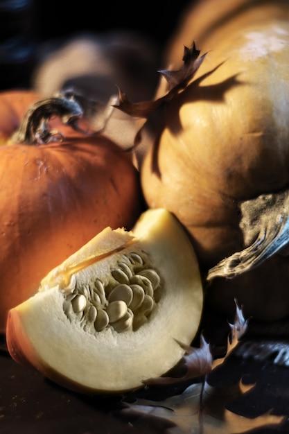 Naranja calabazas sobre la mesa, otoño bodegón Foto Premium