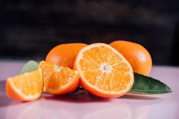 Naranja fresca con rodaja de naranja Foto gratis