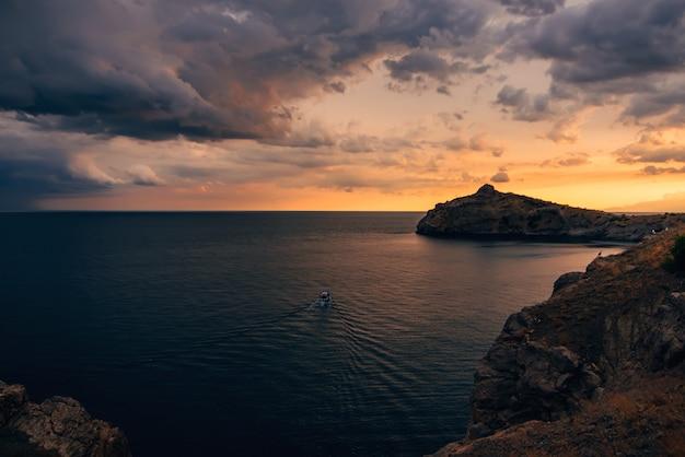 Naranja puesta de sol en el mar con montañas Foto Premium