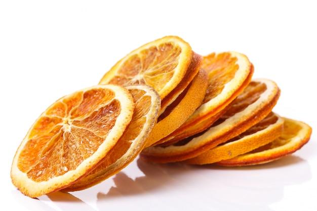 Naranja seca sobre la mesa Foto gratis