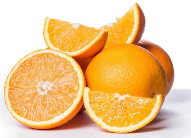 Naranjas en rodajas y enteras Foto gratis