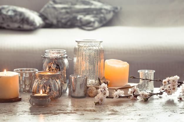 Naturaleza muerta. hogar acogedor hermosa decoración en la sala de estar, jarrón y velas, en el fondo de una mesa de madera, concepto de detalles interiores Foto Premium
