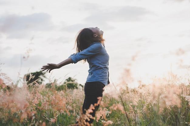 Naturaleza persona niña felicidad al aire libre | Foto Gratis
