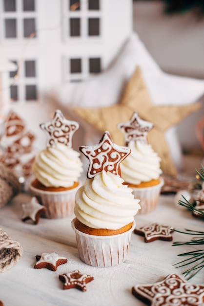 Navidad deliciosos cupcakes decorados con una estrella de pan de jengibre. Foto Premium