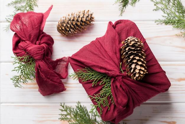 Navidad furoshiki envoltura. regalo de navidad étnico. concepto de cero residuos Foto Premium