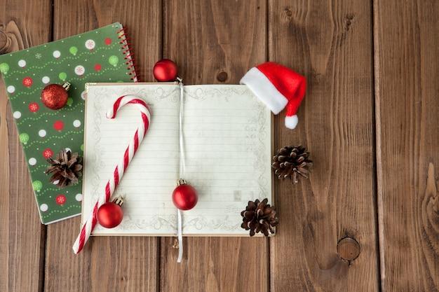 Navidad o año nuevo planificación en madera. prepárate para las vacaciones de invierno. vista superior, endecha plana. Foto Premium