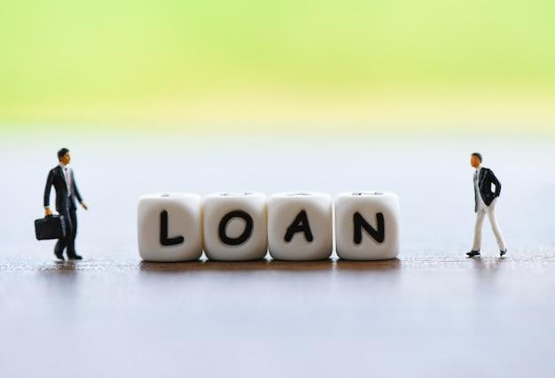 Negociación de préstamos financieros de negocios para prestamistas y prestatarios / asesor financiero de reuniones para ayudar a invertir en concepto de patrimonio bancario Foto Premium